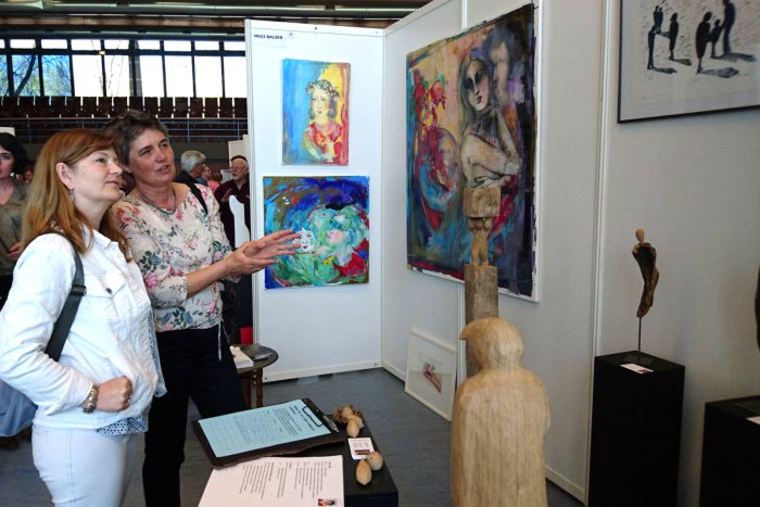 Künstler und Gäste im regen Austausch